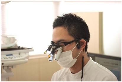 虫歯治療をしている歯科医師